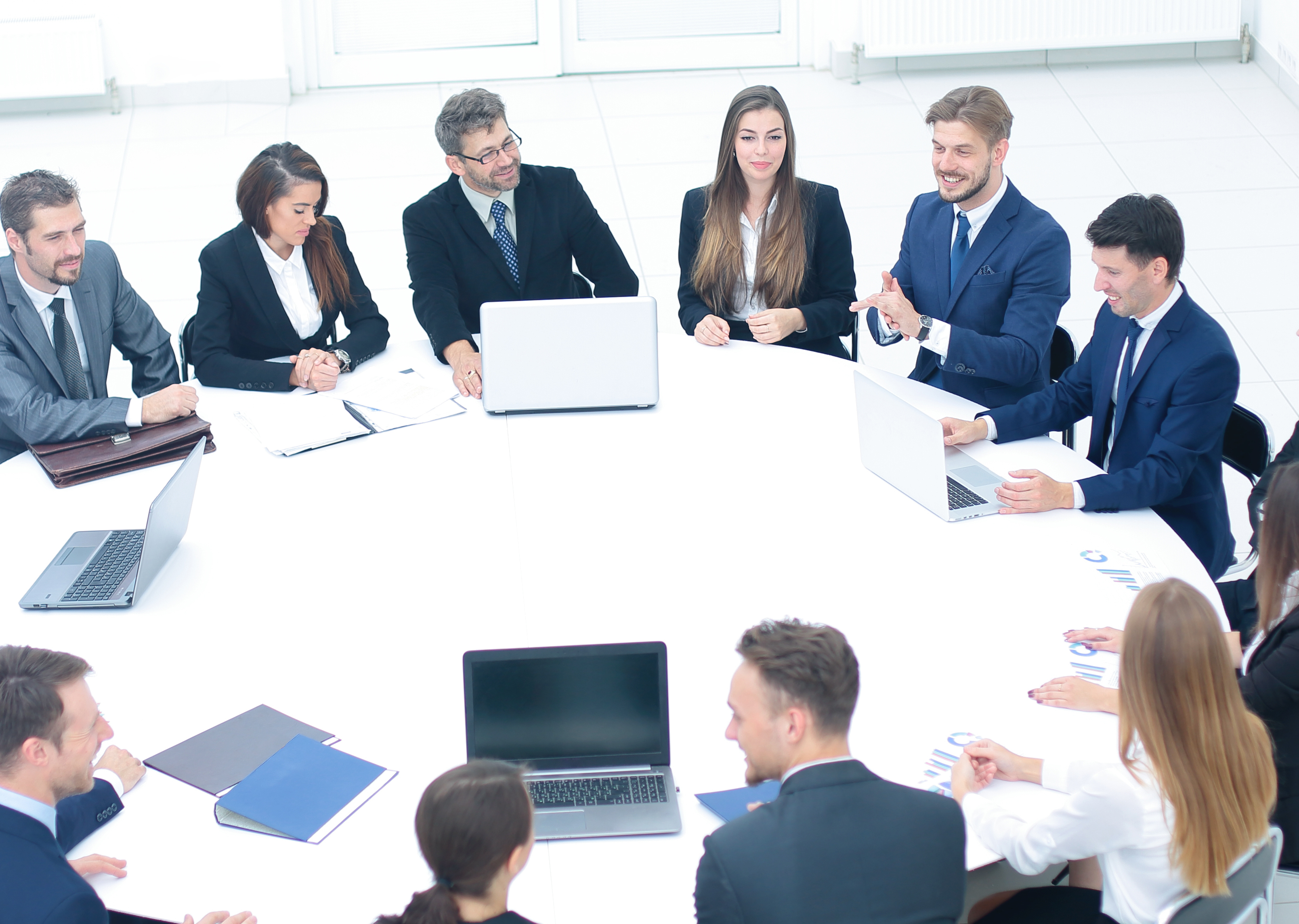boss gathered his team for a round table to discuss a new projec